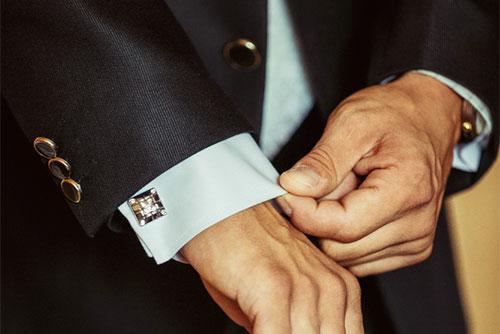 スーツ袖口基本の三つボタン